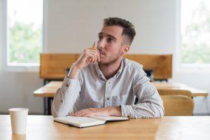 Un chico estudiando en una clase